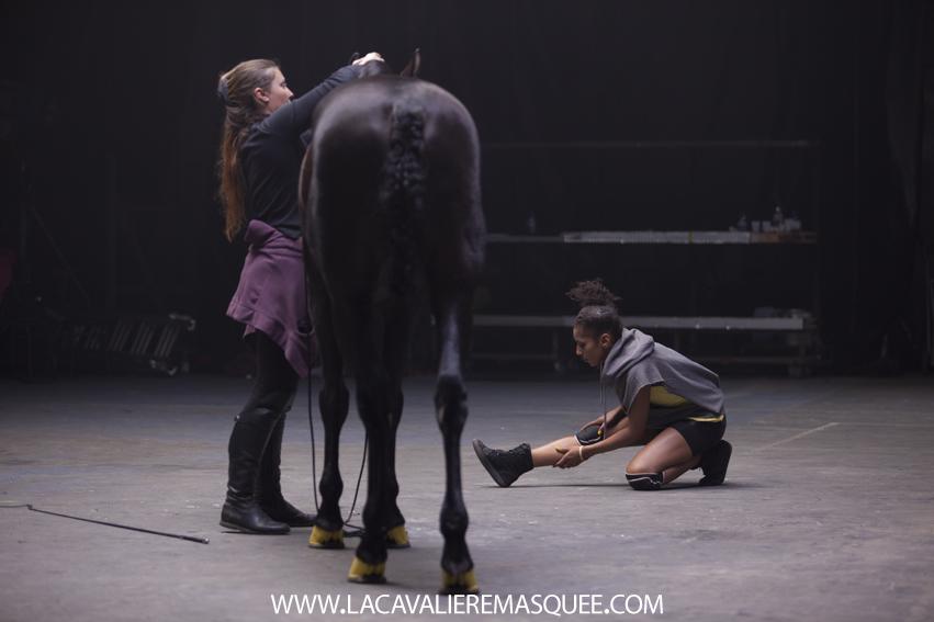 www.lacavalieremasquee.com | La Cavalière masquée dans les coulisses de la pub OPI avec Mario Luraschi pour Sports Equestres